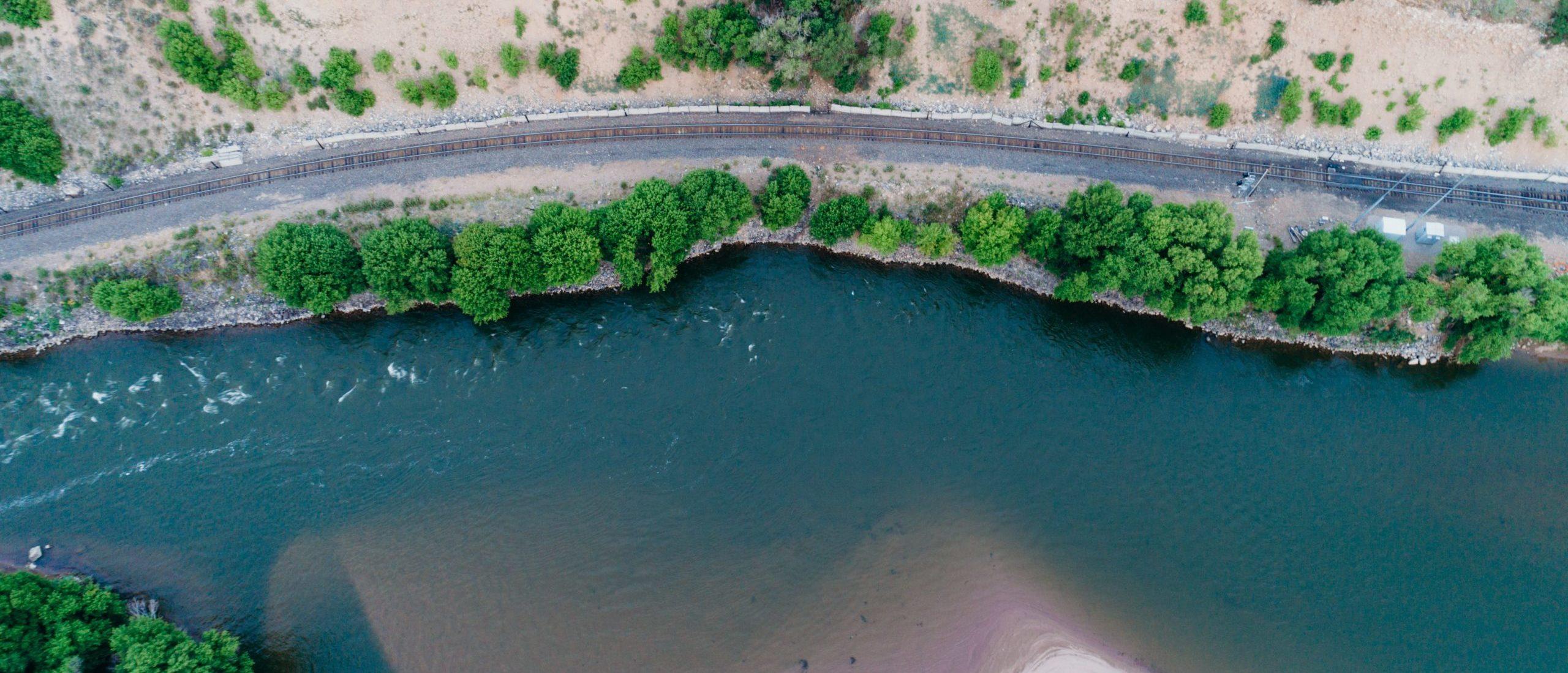 Río al borde de la carretera